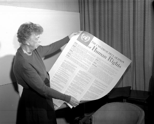 미국 유학 시절 이희호는 1957년 12월10일 '세계 인권의 날' 내슈빌을 방문한 엘리너 루스벨트를 만나 큰 감화를 받았다. 32대 미국 대통령 프랭클린 루스벨트의 부인인 엘리너는 말년까지 흑인과 여성을 위한 인권운동에 앞장선 투사였다. 사진은 1945~53년 유엔 미국대사로서 인권위원회 의장을 맡았던 엘리너가 49년 세계인권선언문이 담긴 포스터를 보고 있는 모습.  <한겨레> 자료사진