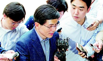 """현직 부장검사 차출 '월권' 논란…황교안 """"법대로 하겠다"""""""