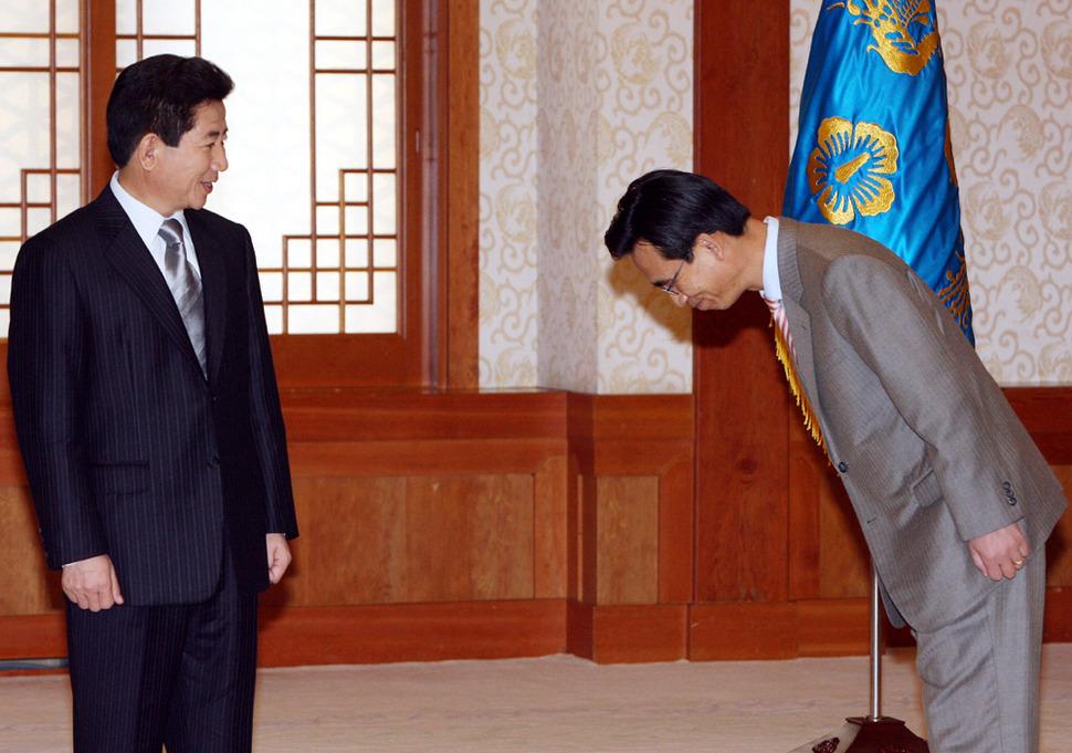 2006년 2월 10일 노무현 대통령이 유시민 보건복지부장관에게 임명장을 수여한 후 기념촬영 자리에서 유장관의 인사를 받고 있다. 청와대사진기자단