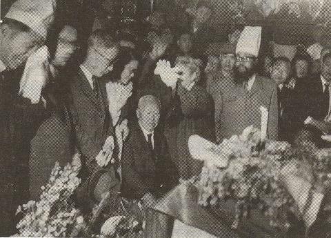1960년 4월28일 권총 자살극으로 막을 내린 부총리 이기붕·박마리아 일가의 장례식장인 수도육군병원으로 문상을 갔던 이희호는 이승만(가운데 앉은 이)과 프란체스카(이승만의 오른쪽) 부부의 망연자실한 모습을 보았다. '4·19 혁명'으로 하야 선언을 한 독재자 이승만은 5월29일 하와이로 망명해 5년 뒤 죽어서야 돌아올 수 있었다. <한겨레> 자료사진