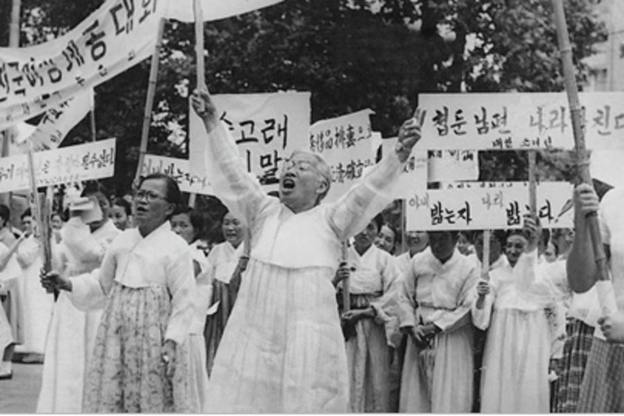 1959년 1월부터 대한와이더블유시에이연합회(와이연합회) 총무를 맡은 이희호는 가장 먼저 '혼인신고를 합시다' 캠페인을 벌였다. 훗날 호주제 폐지와 가족법 개정으로 이어지는 여성인권운동의 물꼬를 튼 사업이었다. 1960년 4·19 혁명 직후 5대 총선을 앞둔 7월19일 와이더블유시에이를 비롯한 여성단체연합회 회원들이 종로 거리에서 축첩 반대 시위를 하는 모습으로, '축첩자에 투표 말라, 새 공화국 더럽힌다' 등 펼침막의 글씨 중에는 이희호가 직접 쓴 것도 있었다. 사진 김대중평화센터 제공