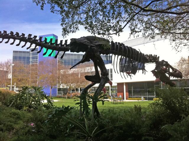 미국 캘리포니아주 구글 본사에 있는 공룡 화석 모델. 정보를 매개하는 구글은 한때 '인터넷 세상의 공룡'으로 불렸지만 이는 최근 유럽연합을 비롯한 여러 국가에서 중간매개자에 대해 책임을 요구하는 배경이 되고 있다. 위키피디아