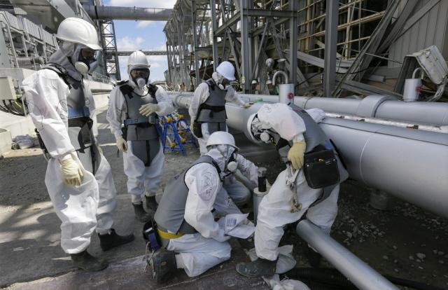 <b>후쿠시마 여전히 '위험지대'</b> 지난해 5월 일본 도쿄전력 직원과 방사능 전문가들이 후쿠시마 제1원자력발전소 원자로 4호기 옆에서 방사능에 오염된 침출수가 바다로 흘러나가지 못하도록 냉각 동결시키는 작업을 하고 있다. 2011년 3월 최악의 원전사고를 빚은 이곳의 원자로들은 현재 폐쇄 작업이 진행중이다. EPA/연합뉴스