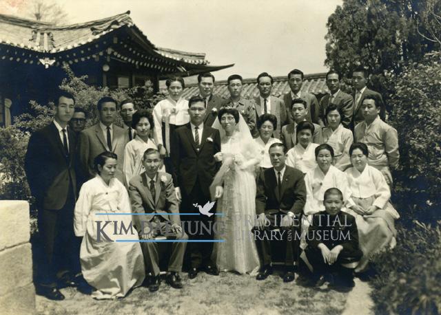 1962년 5월10일 이희호는 정치인 김대중과 결혼했다. 결혼식은 조향록 목사(맨 뒷줄 신랑 신부 사이)의 주례로 서울 종로구 체부동에 있던 외삼촌 이원순의 저택에서 올렸다. 대청마루에서 혼례를 마친 뒤 정원에서 찍은 양가 가족 사진이 남아 있다. 앞줄 신랑 왼쪽에 앉은 이가 신부의 아버지 이용기, 신부 오른쪽에 앉은 이가 큰오빠 이강호다. 둘째 줄 맨 왼쪽에 선 이는 신랑의 비서 조길환, 그 옆 넥타이 맨 이가 신랑의 남동생 김대의이고, 맨 뒷줄 오른쪽 끝이 막내 동생 김대현이다.  사진 김대중평화센터 제공