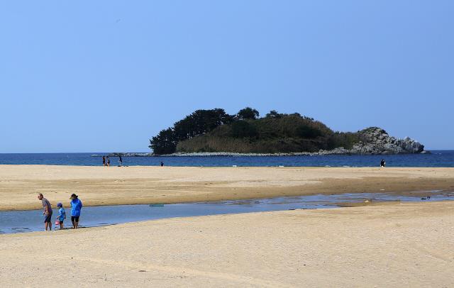 고성 화진포해변. 앞 섬이 거북을 닮은 금구도다. 사진 이병학 선임기자