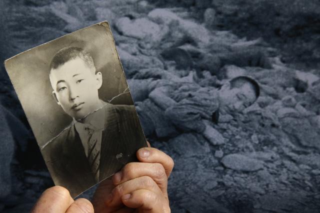 문양자씨는 항상 두 장의 사진을 함께 가지고 다닌다. 아버지의 증명사진과, 돌아가시기 직전 찍힌 것으로 보이는 학살현장의 사진이다. 사진 김봉규 기자 bong9@hani.co.kr