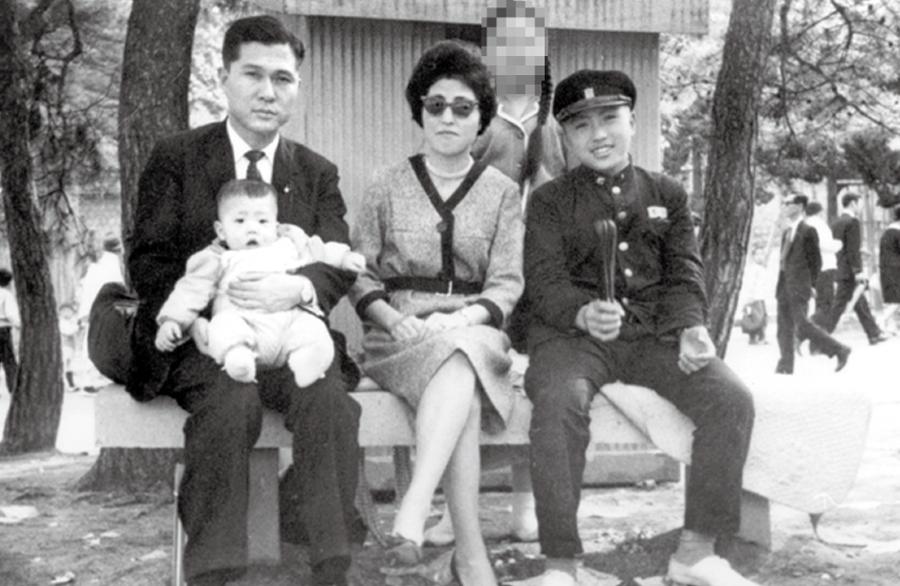 이희호는 결혼 이듬해 1963년 11월12일 아들 홍걸을 낳았다. 마흔한살 노산이었으나, 6대 총선에서 목포에 출마한 남편 김대중은 선거일(26일)을 코앞에 둔 때여서 홀로 병원에 가서 수술을 받았다. 사진은 1964년 어느 날 새 가족이 모처럼 창경원으로 나들이를 갔을 때로, 김대중이 안고 있는 아이가 막내 홍걸, 이희호 오른쪽이 고교 1년생 맏아들 홍일이다. 중학교 3학년이던 둘째 홍업은 빠져 있다. 뒷줄에 선 여자는 가사도우미다. 사진 김대중평화센터 제공