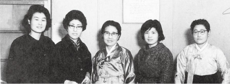 이희호는 결혼한 뒤에도 여성단체 활동과 대학 강사 등으로 가정과 일을 양립하고자 애썼다. 특히 1952년 창립을 주도한 여성문제연구회는 64년부터 7년 가까이 회장을 맡아 여성권익 보호 운동에 앞장섰다. 사진은 60년대 후반 이혼시 재산분할 청구권을 포함한 가족법 개정 청원서와 지지 서명부를 국회에 제출할 때로, 이희호(왼쪽 둘째)와 여성문제연구회의 초대 회장이자 가정법률상담소 공동창설자인 황신덕(가운데)이 함께했다.사진 김대중평화센터 제공
