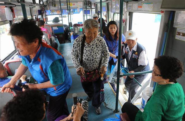 태안읍~만대항 버스의 주고객은 할머니·할아버지들이다. 사진 이병학 선임기자