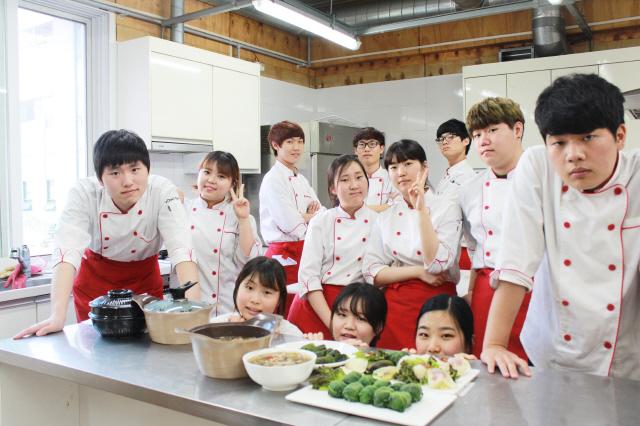 '영셰프스쿨' 학생들이 지난해 가을 서울 영등포구 하자센터 요리실습장에서 자신들이 만든 요리 앞에서 포즈를 취하고 있다. 오가니제이션 요리 제공