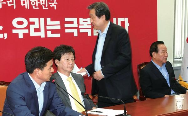 김무성 대표(오른쪽 두 번째)가 7월2일 당 최고위원회의에서 유승민 원내대표의 사퇴를 거듭 주장하는 김태호 최고위원(왼쪽)의 발언이 나오자 회의 중단을 선언하며 일어서고 있다. 한겨레 이정우 선임기자