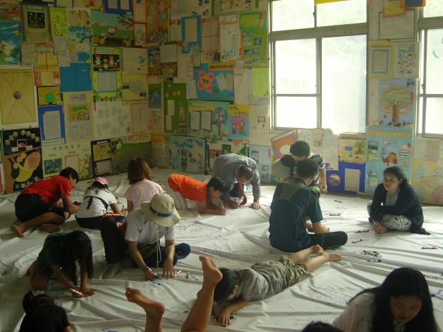 세종시에 있는 사랑의 일기 박물관에서 일기 관련 활동을 하고 있는 학부모와 참가자들. 벽에 붙어 있는 것이 모두 일기 작품이다.  사랑의 일기 연수원 제공