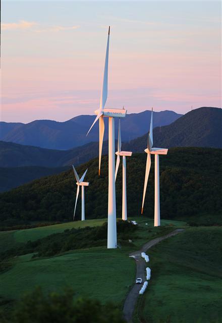 하늘목장 1단지의 풍력발전기들이 막 동터오는 새벽 햇살을 맞고 있다.  사진 이병학 선임기자