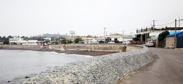 '공천포식당' 앞의 바다풍경.