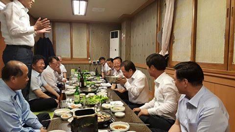 홍준표 경남지사가 소통을 강화한다며 경남도의원들과 어울려 술을 마시고 노래를 부르는 모습을 찍은 사진이 페이스북을 통해 빠르게 확산되고 있다. 사진 정장수 비서실장 페이스북