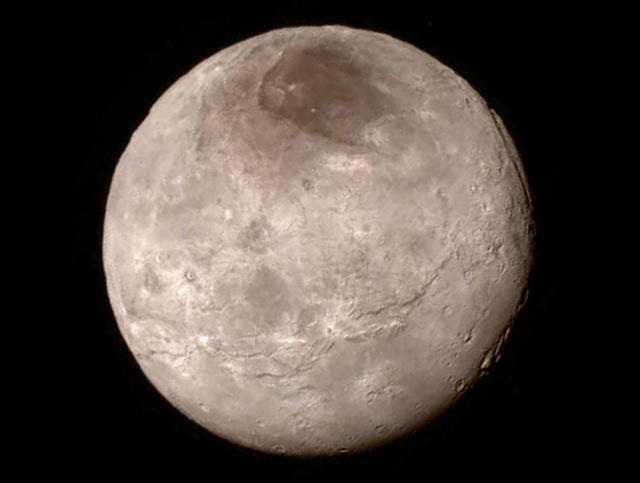 뉴호라이즌스호가 보내온 명왕성의 가장 큰 위성 카론의 모습.