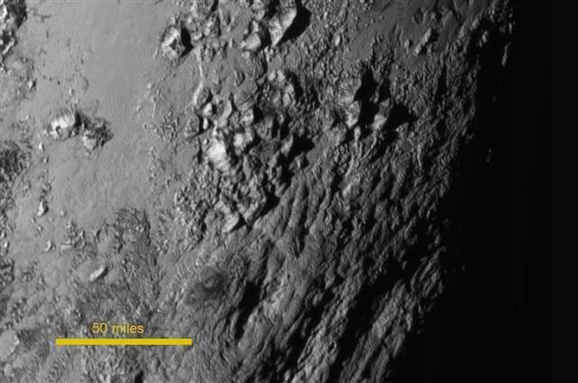 미국 항공우주국(NASA·나사)이 15일 공개한 명왕성의 확대 사진에서 최고 3300m 높이의 얼음 산맥이 모습을 드러내고 있다. 이 사진은 무인탐사선 뉴호라이즌스호가 전날 명왕성에 가장 근접하기 1시간 반 전에 찍은 것이다.
