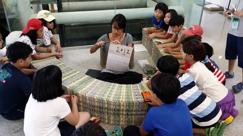 김은경씨가 지난해 국립생태원에서 열린 에코서머 페스티발 '하하하(夏夏夏)'에서 녹색공감교실 열어 아이들과 함께 새 만들기 워크숍을 진행하고 있다.