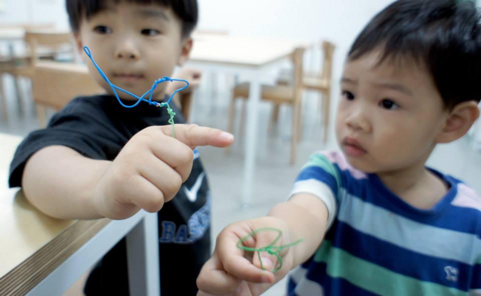 철사로 새 만들기 워크숍에 참가한 아이들 모습.