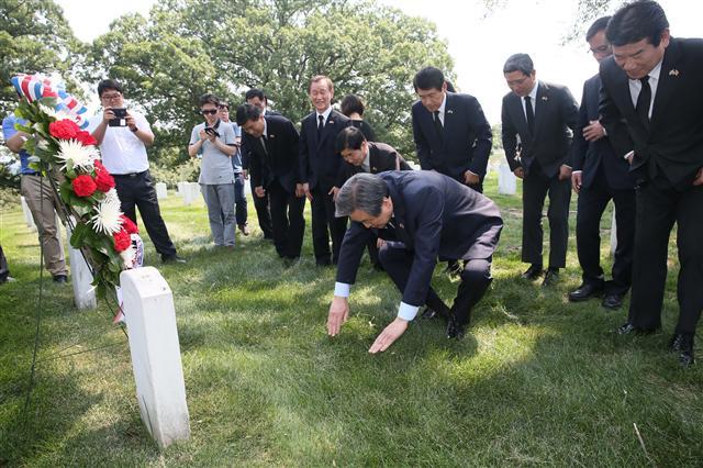 지난 26일 워싱턴의 알링턴 국립묘지를 방문해 한국전쟁에 참전했던 월턴 워커 장군의 묘비에 절하는 새누리당 김무성 대표(가운데)와 동행 의원들. 사진 연합뉴스