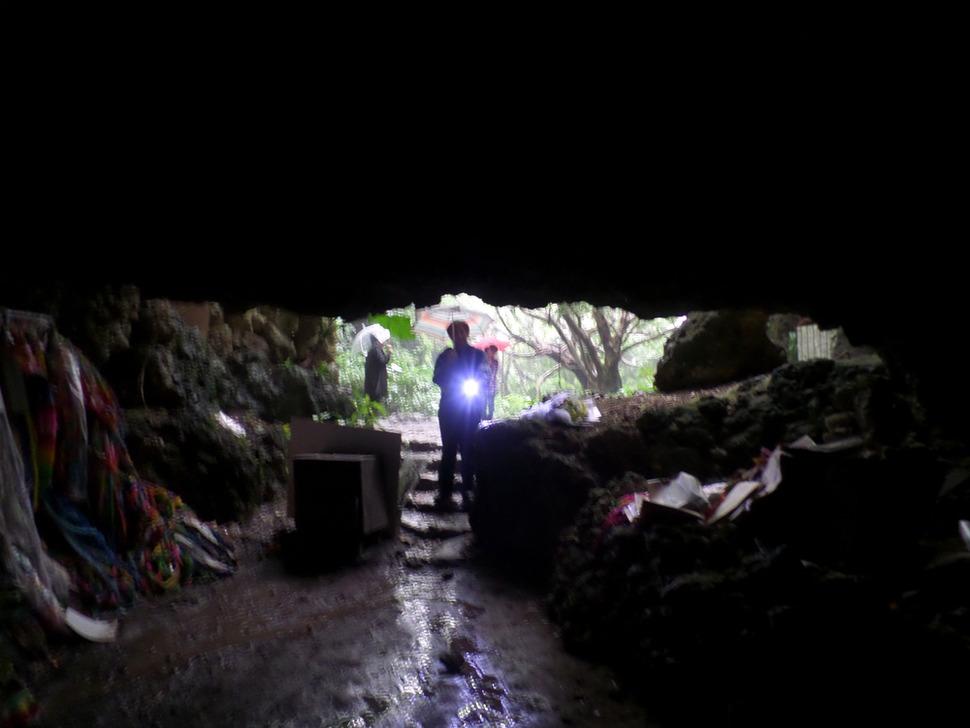 오키나와 본도의 나카가미군(中頭郡) 요미탄손(讀谷村) 나미히라(波平)라는 동네에 있는 자연동굴 '치비치리 가마'. 1944년 10월 미군의 오키나와 점령전 와중에 이 동굴에 피난해 있던 마을사람 140명 중 85명이 집단자결 등으로 목숨을 잃었다. 동굴 안에 들어간 기자가 입구에서 손전등을 비추는 안내인을 향해 찍은 사진.