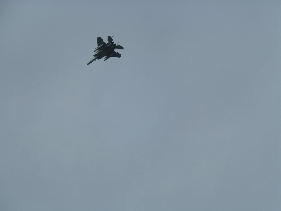 하루 종일 오키나와 상공을 날아다니는 미군의 전천후 전투기 F-15C 이글, 또는 전폭기 F-15E 스트라이크 이글.
