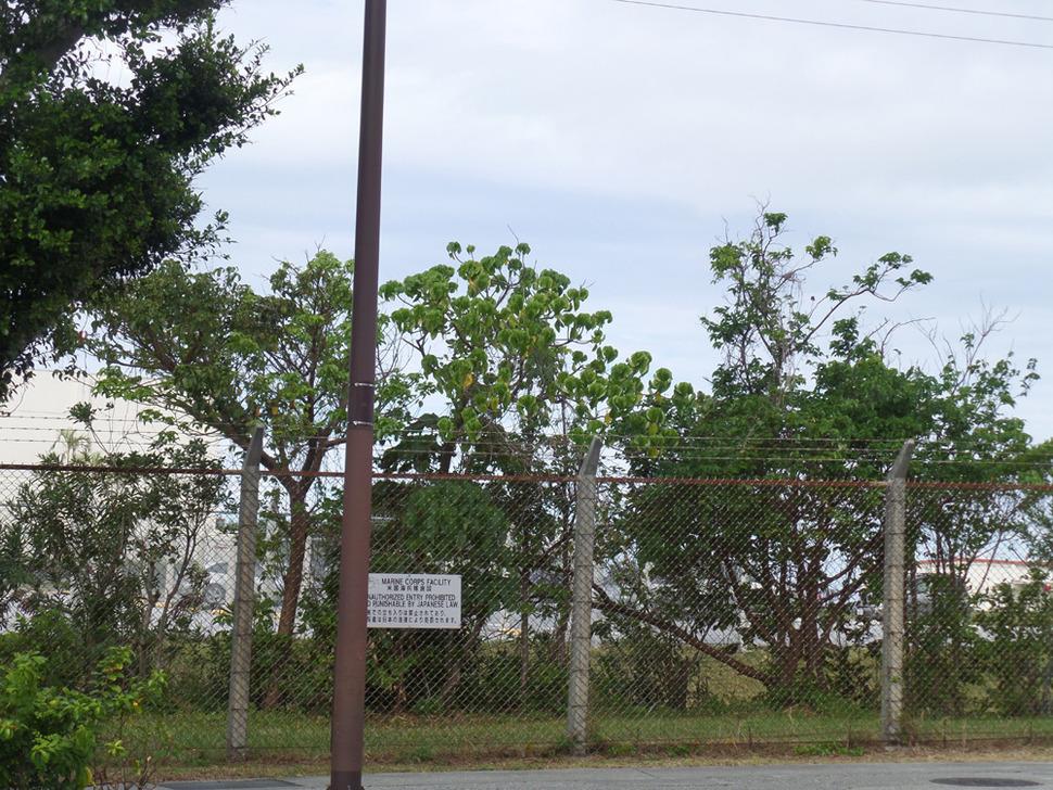 오키나와 섬 해안지역 상당 부분을 차지하고 있는 미군 기지들에 둘러쳐진 철조망.