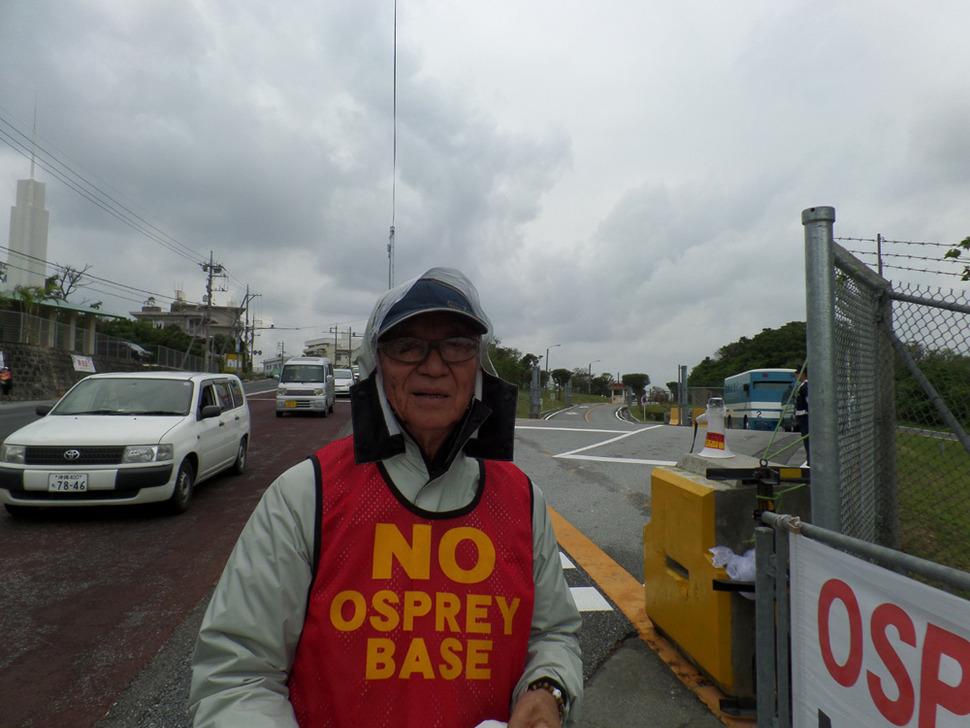 후텐마 기지 노다케 정문에서 기지반대 시위를 벌이고 있는 81살 할아버지 오타 초키(大田朝暉)씨.
