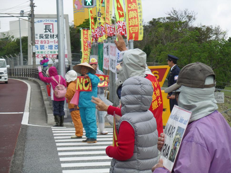 오키나와 남부 기노완(宜野灣)의 후텐마(普天間)에 있는 미 해병대 기지의 노다케 게이트 앞에서 기지반대 시위를 벌이는 10여명의 노인들.