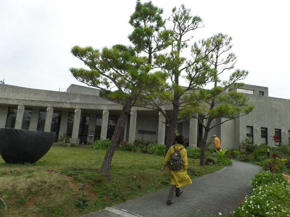 후텐마 기지 바로 옆에 있는 사키마(佐喜眞) 미술관.