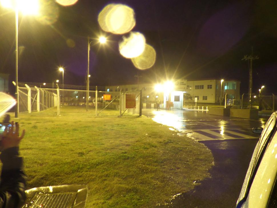 오키나와 섬 북쪽 나고(名護)시 인근의 마을 헤노코(邊野古)에 있는 미군기지 캠프 슈와브 정문. 해 진 뒤 택시를 타고 이곳을 찾아가 사진을 찍다가 달려오는 경비병에 혼비백산했다.
