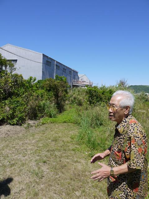 배봉기 할머니를 16년간 돌봤던 총련 일꾼 김수섭씨가 1975년 10월 할머니와 처음 만났던 난조시 사시키에 있던 헛간의 위치를 설명하고 있다. 현재 헛간 건물은 철거됐고, 그 위치엔 창고로 보이는 건물이 들어서 있다. 길윤형 특파원 charisma@hani.co.kr