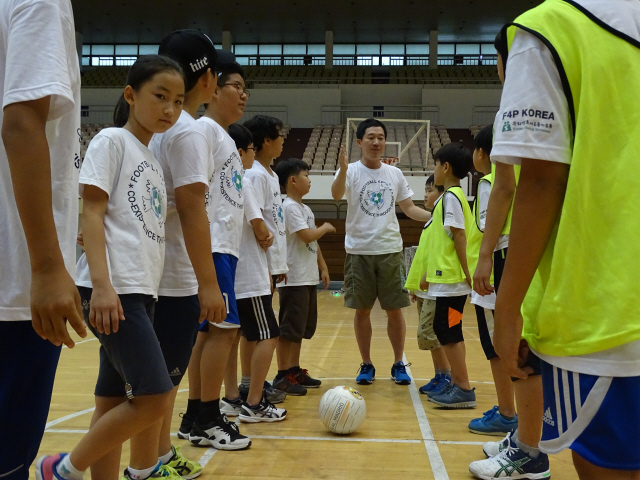 교육 참가자가 초등학교 학생들에게 평화축구의 의의를 설명하고 있다.