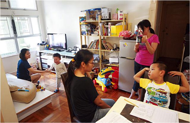 홍콩 사회적 기업 '라이트비'는 저소득층 싱글맘들을 위한 집인 '라이트홈'을 운영한다. 거주자들은 거실과 주방을 함께 사용하며 서로를 돕는 동반자가 되어간다. 라이트비 제공