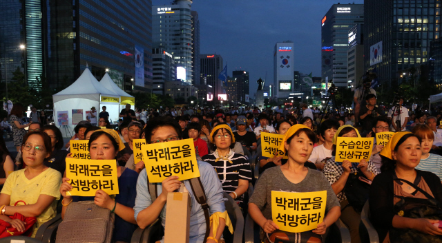 지난 8일 밤 서울 광화문 광장에서 열린 '박래군 석방 촉구 문화제'에 참석한 시민들이 박래군 4·16연대 상임운영위원의 석방을 촉구하는 손팻말을 들고 있다. 이정우 선임기자 woo@hani.co.kr