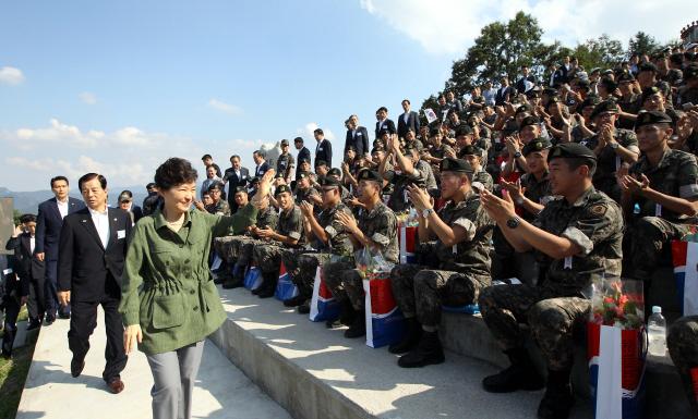 박근혜 대통령이 지난 8월28일 오후 경기도 포천 육군승진과학화훈련장에서 열린 통합화력훈련을 참관에 앞서 북한 도발로 전역을 연기한 장병들을 격려하고 있다.  포천/청와대사진기자단