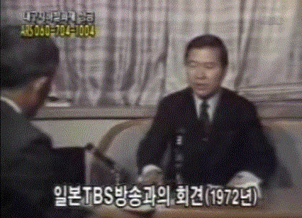 1972년 10월18일 도쿄에서 망명 성명을 발표한 김대중은 박정희의 유신헌법 제정을 '유신 쿠데타'로 규정하고 그날부터 일본과 미국을 오가며 목숨을 내건 '유신독재 반대 운동'에 앞장선다. 사진은 그해 11월 미국으로 건너가기 전 일본 방송 <티비에스>(TBS)와 인터뷰를 하는 모습.  <한겨레> 자료사진