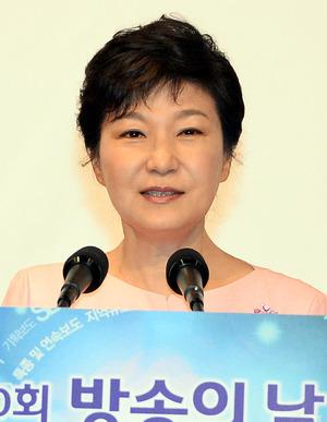 박근혜 대통령이 지난 2013년 9월2일 서울 여의도 63빌딩에서 열린 제50회 방송의 날 축하연에 참석해 인사말을 하고 있다. 청와대 사진기자단