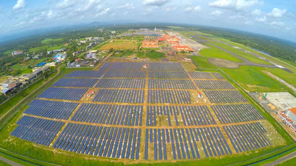 최근에 공사를 마무리한 인도 코친국제공항의 태양광발전 패널 단지. 이 공항은 태양광 전기만으로 모든 시설을 가동하는 세계 최초의 국제공항이 됐다(http://plug.hani.co.kr/futures/2363017). 코친국제공항 제공