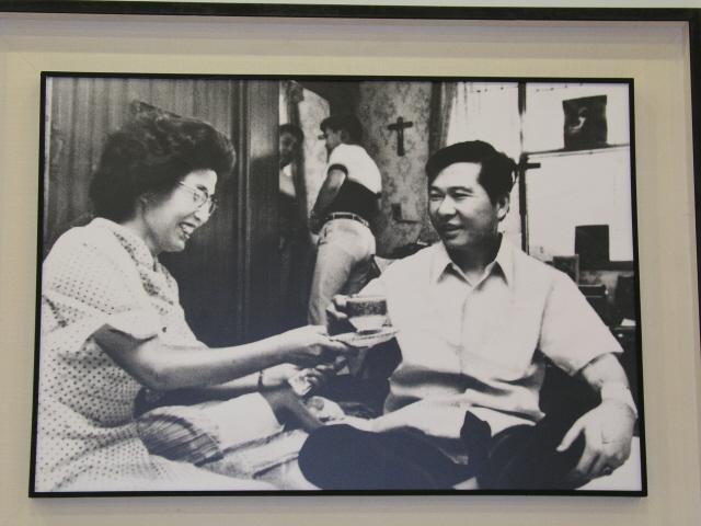 """1973년 8월8일 낮 일본 도쿄의 한 호텔에서 괴한들에게 납치당한 뒤 행방이 묘연했던 김대중은 5일 9시간 만인 8월13일 밤 서울 동교동 자택으로 혼자 돌아왔다. 김대중은 안방으로 들어오자마자 이희호에게 """"하느님께서 살아 계심을 체험했다""""고 고백했고, 부부는 십자가 앞에 엎드려 감사의 기도를 드렸다. 거울 앞에 서 있는 큰아들 홍일과 누워서 자고 있는 막내 홍걸도 보인다. 사진 김대중평화센터 제공"""
