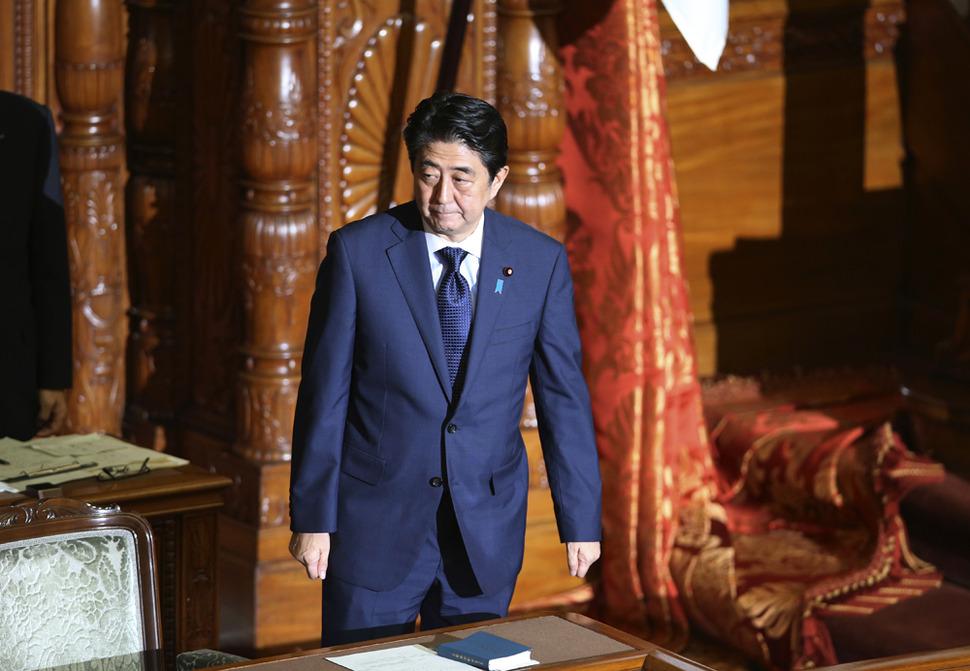 아베 신조 일본 총리가 19일 참의원 본회의장에서 집단적 자위권 행사를 뼈대로 한 안보법제 제·개정안 정회 때 자리를 뜨고 있다. AP/뉴시스