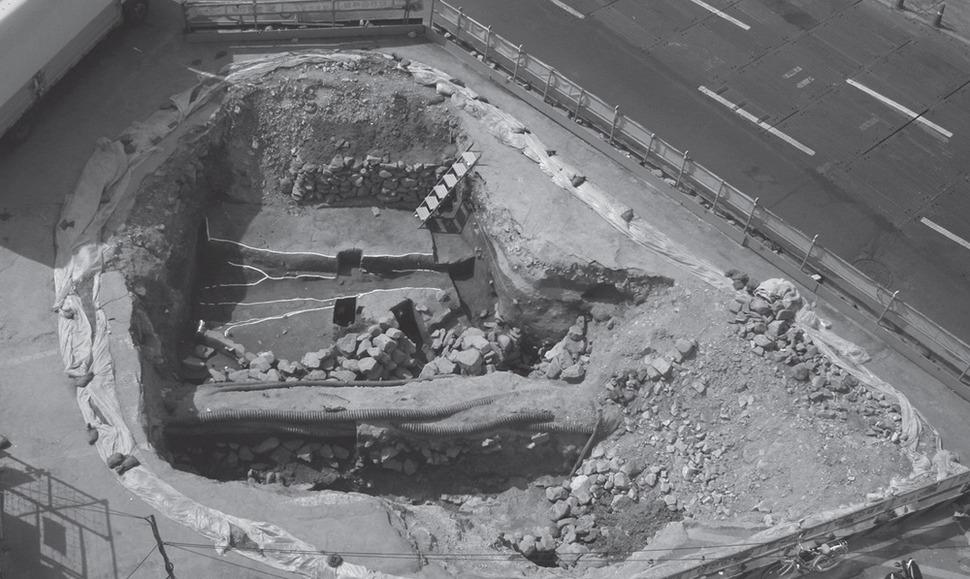 2005년 4월 부산 동래구 수안동 부산도시철도 4호선 수안역 공사현장에서 발견된 동래읍성 유적. 처참했던 1592년 음력 4월15일 동래읍성 전투상황을 그대로 간직한 유적이다.  경남문화재연구원 제공