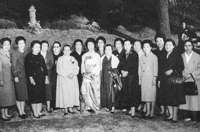 1974년 8월15일은 한국 현대사의 비극이 발생한 날이자 이희호의 삶에서도 잊을 수 없는 날이다. 대통령 박정희의 부인 육영수가 피살된 이날 맏아들 김홍일이 결혼한 날이었기 때문이다. 이희호는 육영수 생전에 몇차례 마주치기는 했지만 따로 만나 대화를 나눈 적은 없었다. 사진은 5·16 쿠데타 직후인 1961년 9월 전국여성대회에 참가한 여성 지도자와 함께 청와대로 윤보선 대통령을 방문했을 때로 두 사람이 함께한 유일한 장면인 셈이다. 맨 가운데 이희호, 왼쪽이 육영수, 오른쪽이 김활란(여성단체협의회 회장)이다. 김대중평화센터 제공