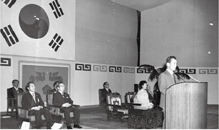 1974년 8월15일 오전 서울 장충동 국립극장에서 열린 광복절 기념식에 참석한 박정희 대통령 부인 육영수는 총탄에 머리를 맞아 그날 저녁 숨졌다. 사진은 총탄이 날아오기 직전, 연단에 앉아 박정희의 경축사를 듣고 있는 육영수의 마지막 모습이다. <한겨레> 자료사진