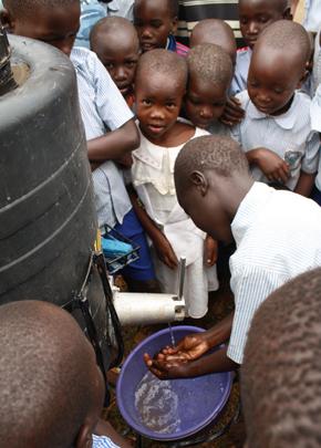2. '코끼리 수도꼭지'를 사용하고 있는 우간다 어린이들.  알토디자인팩토리 제공