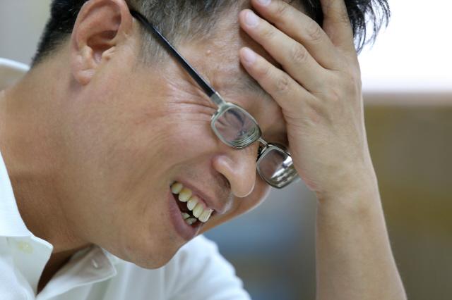 서울 마포구 도화동 한글문화연대 사무실에서 만난 이건범 대표가 인터뷰 도중 활짝 웃고 있다. 그는 스스로 궁금해 해답을 찾고, 사람이 좋아 모임에 나가고, 일이 좋아서 일을 하는, 삶이 즐겁고 경쾌한 시민운동가다.  탁기형 선임기자 khtak@hani.co.kr
