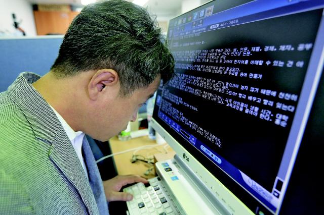이건범 대표는 자신이 쓰는 컴퓨터 바탕화면을 까만색으로, 글씨를 하얀색으로 바꿔 쓴다. 키보드의 자주 쓰는 키들도 색깔을 달리해 알아보기 쉽게 했다.  탁기형 선임기자