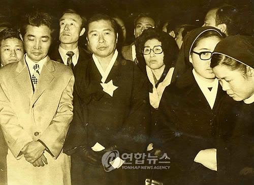 1974년 12월10일 밤 김대중(왼쪽 둘째)·이희호(가운데)는 천주교 정의구현사제단 주최로 명동성당에서 열린 '인권회복을 위한 기도회'에 참석했다. 사진은 미사가 끝난 뒤 거리행진에 나서 김상현(맨 왼쪽)·김옥두(그 뒤쪽) 등도 함께한 모습이다.  사진 김대중평화센터 제공