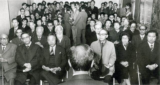 1974년 11월27일 서울 종로5가 기독교회관에서 종교계·학계·정계·언론계·법조계를 망라한 각계 인사 71명이 모인 가운데 민주회복국민회의 발족식이 열려 김대중과 이희호도 참석했다. 고문 자격으로 '민주회복국민선언'에 참여한 김대중은 처음으로 재야인사들과 관계를 맺으며, 반유신 연대 투쟁에 본격적으로 나서게 된다. <한겨레> 자료사진