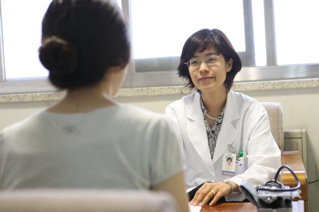 2. 폭식증 환자를 진료하고 있는 모습. 폭식증은 습관이 될 정도로 악화되면 치료가 어렵고 재발도 잘 된다. 인제대 의대 서울백병원 제공